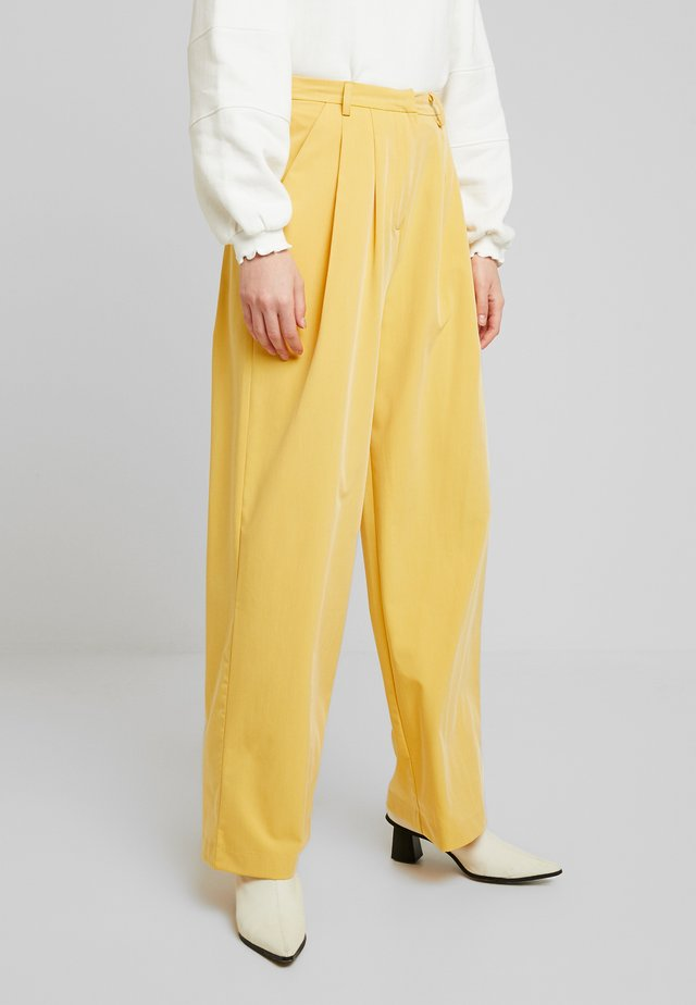 JAMIE PLEAT PANT - Trousers - ochre