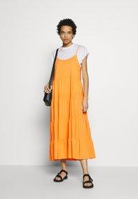Soft Rebels - LINEAD EASE DRESS - Korte jurk - kumquat - 1