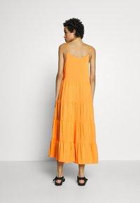 Soft Rebels - LINEAD EASE DRESS - Korte jurk - kumquat - 2