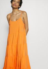 Soft Rebels - LINEAD EASE DRESS - Korte jurk - kumquat - 5