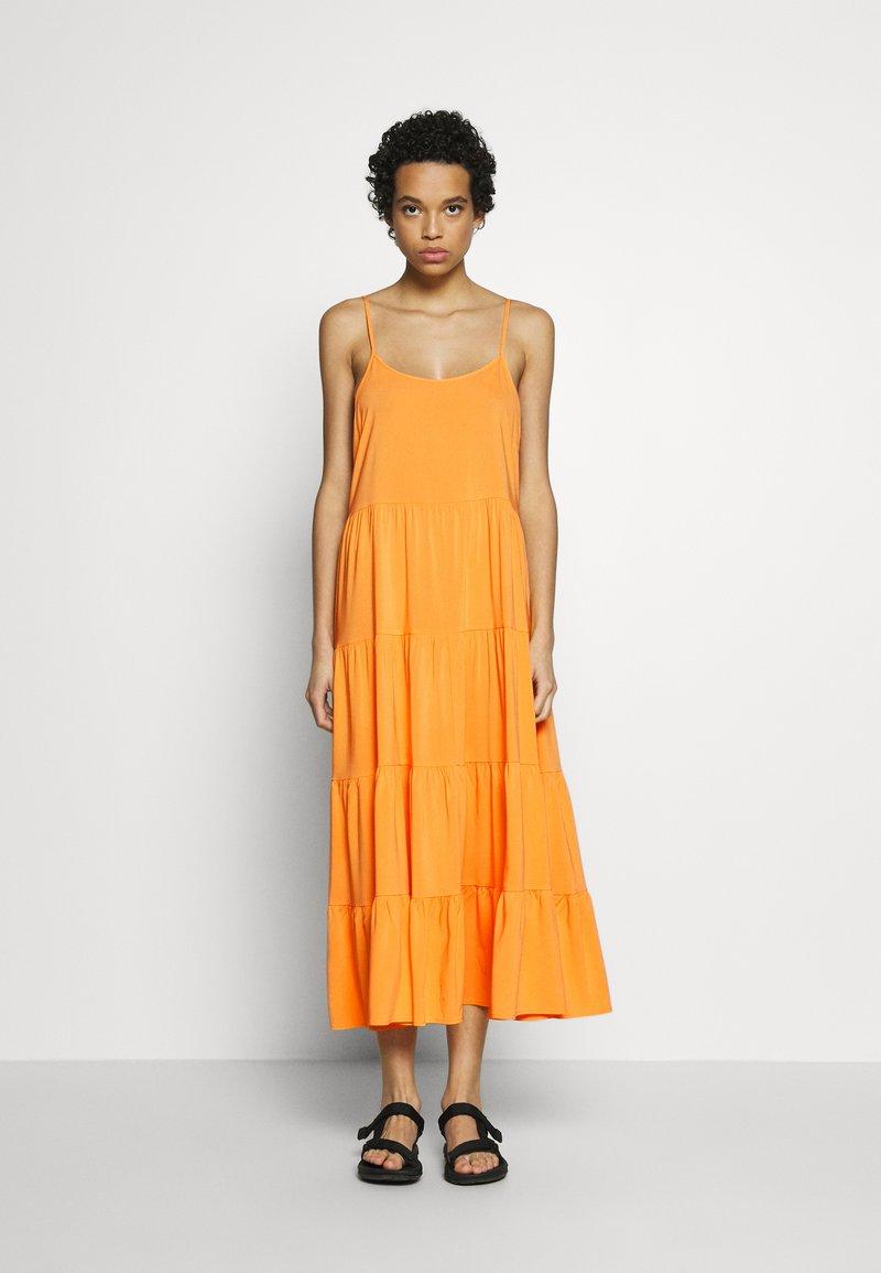 Soft Rebels - LINEAD EASE DRESS - Korte jurk - kumquat