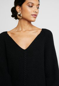 Soft Rebels - SANNE LONG V-NECK - Sweter - black - 5