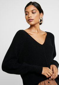 Soft Rebels - SANNE LONG V-NECK - Sweter - black - 3