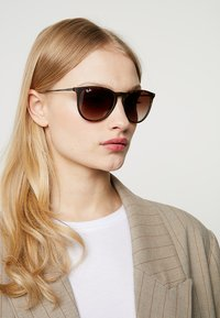 Ray-Ban - ERIKA - Sunglasses - braun - 3