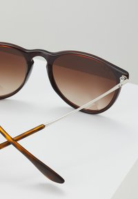 Ray-Ban - ERIKA - Solbriller - brown gradient - 2