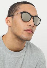 Ray-Ban - ERIKA - Solglasögon - light brown - 1