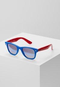 Ray-Ban - JUNIOR WAYFARER - Okulary przeciwsłoneczne - blue/red - 0