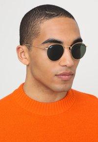 Ray-Ban - ROUND - Sonnenbrille - grün - 1