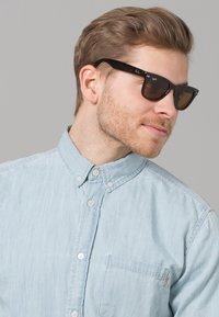 Ray-Ban - FOLDING WAYFARER - Okulary przeciwsłoneczne - black/brown - 1