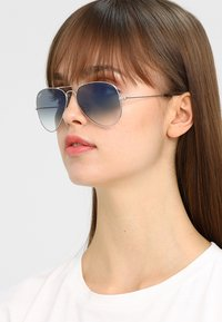 Ray-Ban - AVIATOR - Occhiali da sole - silver-coloured/gradient light blue - 4