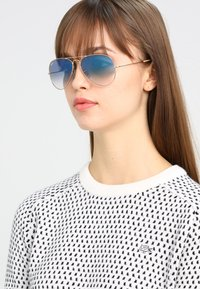 Ray-Ban - AVIATOR - Sunglasses - gold crystal gradient light blue - 4