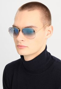 Ray-Ban - AVIATOR - Sunglasses - gold crystal gradient light blue - 1