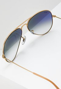 Ray-Ban - AVIATOR - Sunglasses - gold crystal gradient light blue - 2