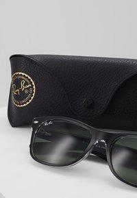 Ray-Ban - Okulary przeciwsłoneczne - greencrystal standard - 3