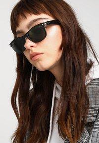 Ray-Ban - Okulary przeciwsłoneczne - greencrystal standard - 4