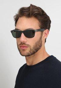 Ray-Ban - Okulary przeciwsłoneczne - greencrystal standard - 1