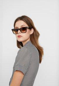 Ray-Ban - ORIGINAL WAYFARER - Okulary przeciwsłoneczne - top brown on yellow havana - 3