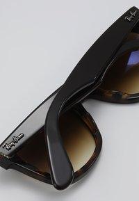 Ray-Ban - ORIGINAL WAYFARER - Okulary przeciwsłoneczne - top brown on yellow havana - 5