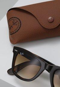 Ray-Ban - ORIGINAL WAYFARER - Okulary przeciwsłoneczne - top brown on yellow havana - 2