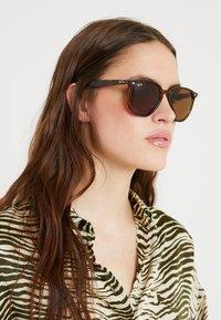 Ray-Ban - Okulary przeciwsłoneczne - dark brown - 3