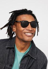 Ray-Ban - Okulary przeciwsłoneczne - black/green - 1