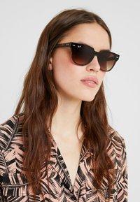 Ray-Ban - Okulary przeciwsłoneczne - brown gradient - 3