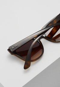 Ray-Ban - Okulary przeciwsłoneczne - brown gradient - 5