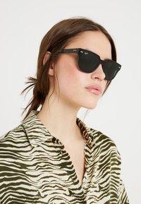 Ray-Ban - Okulary przeciwsłoneczne - black/green - 3