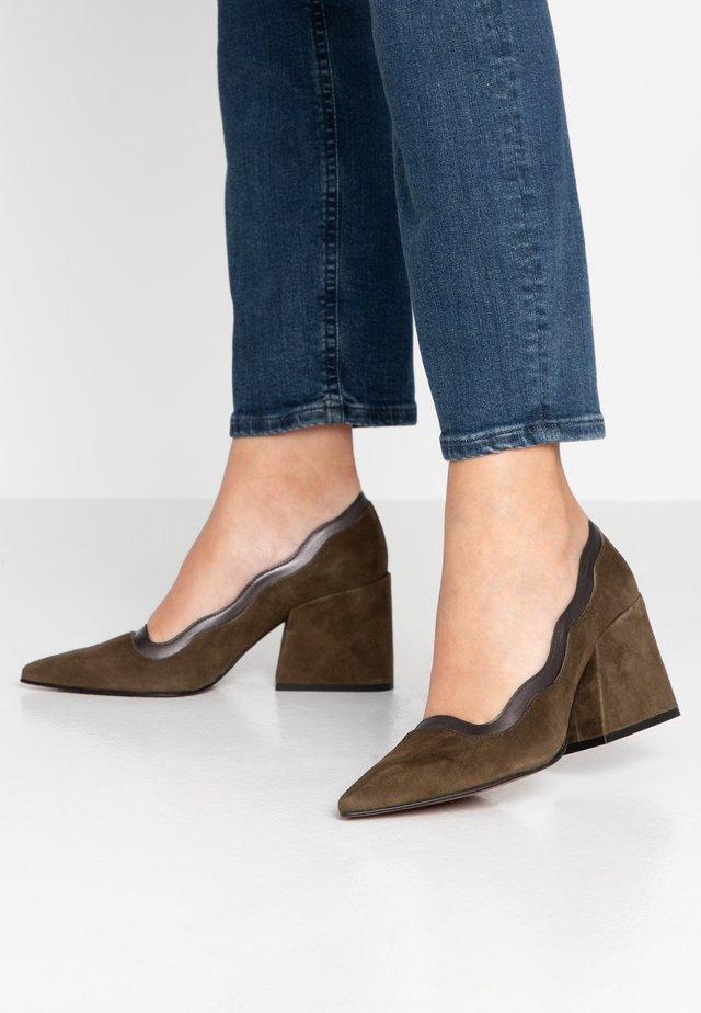 MOUNT - Classic heels - militar/brown