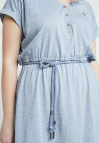 Ragwear Plus - EXCLUSIVE BRITTA DITSY PRINT TIE WAIST DRESS - Jerseykjole - dusty blue - 3