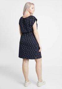 Ragwear Plus - EXCLUSIVE TETUAN DITSY PRINT TIE DETAIL T-SHIRT DRESS - Jerseykjole - navy - 2