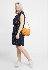 Ragwear Plus - EXCLUSIVE TETUAN DITSY PRINT TIE DETAIL T-SHIRT DRESS - Jerseykjole - navy - 1