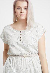 Ragwear Plus - EXCLUSIVE ZEPHIE BELTED SPOT PRINT DRESS - Jerseykjole - white - 3