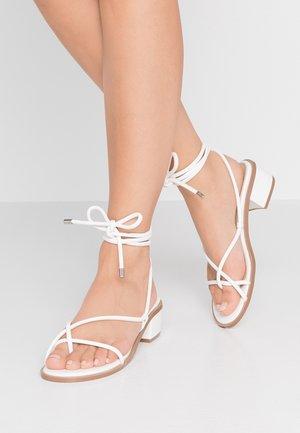 ROSALIE - Sandály s odděleným palcem - white