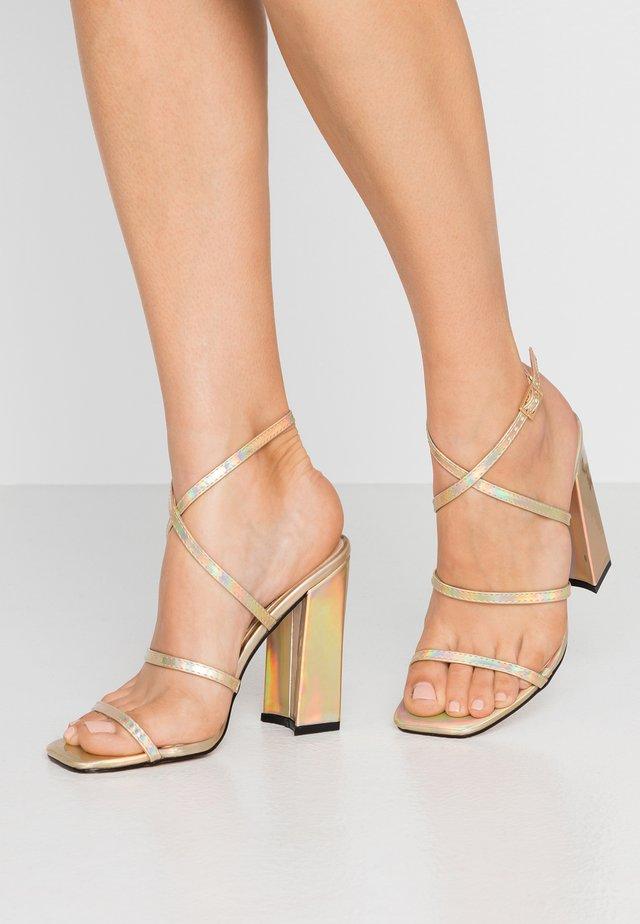 NISSEY - Sandalen met hoge hak - gold holograhic