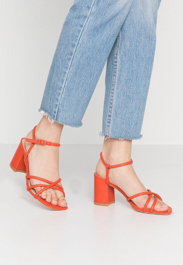 REINA - Sandaalit nilkkaremmillä - orange