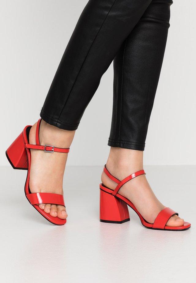 ANTHEM - Sandalen - red crinkle