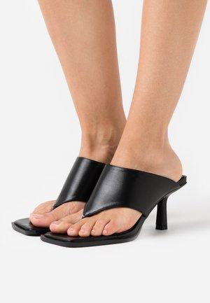 EVIA - Sandály s odděleným palcem - black