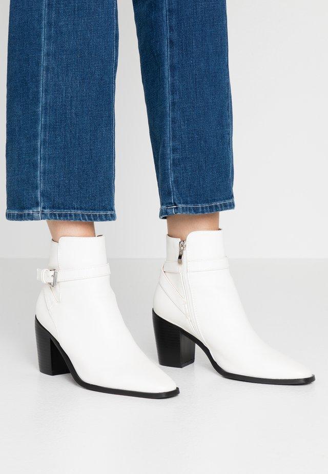 JASON - Korte laarzen - white