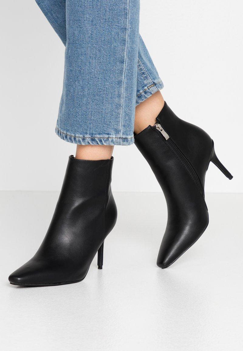 RAID - PRALINE - Kotníková obuv na vysokém podpatku - black