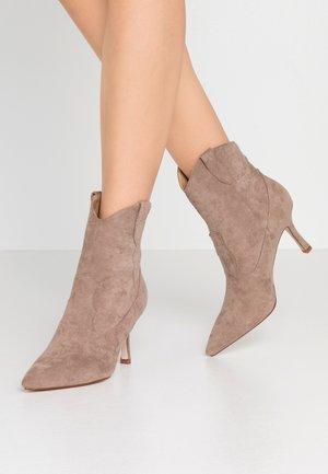 KAISON - Kotníková obuv na vysokém podpatku - taupe