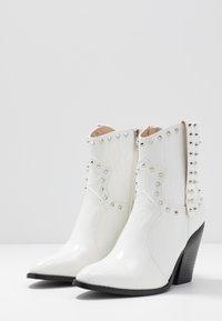 RAID - SENOBIA - Cowboy/biker ankle boot - white - 4