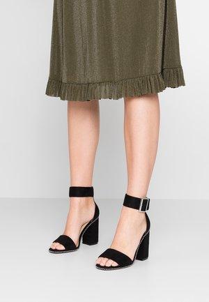 WIDE FIT WITNEY - Korolliset sandaalit - black