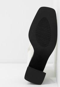 RAID Wide Fit - WIDE FIT KIAYA - Ankelboots med høye hæler - white - 6