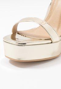 RAID Wide Fit - WIDE FIT DEXTER - Højhælede sandaletter / Højhælede sandaler - gold metallic - 2