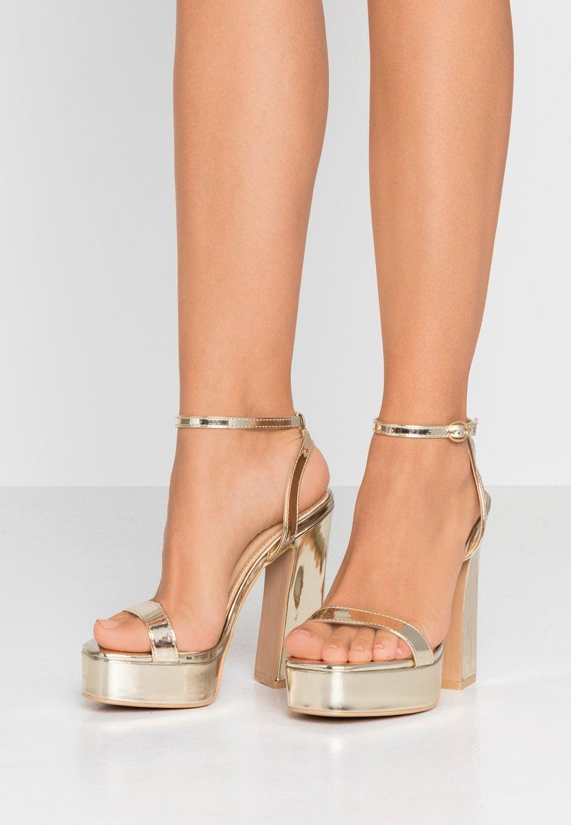 RAID Wide Fit - WIDE FIT DEXTER - Højhælede sandaletter / Højhælede sandaler - gold metallic