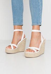 RAID Wide Fit - WIDE FIT ELISHA - Sandály na vysokém podpatku - white - 0