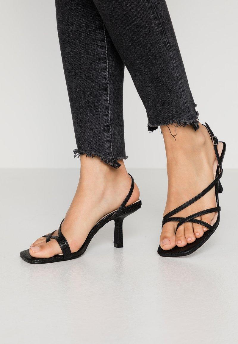 RAID Wide Fit - WIDE FIT ANINA - Sandály s odděleným palcem - black