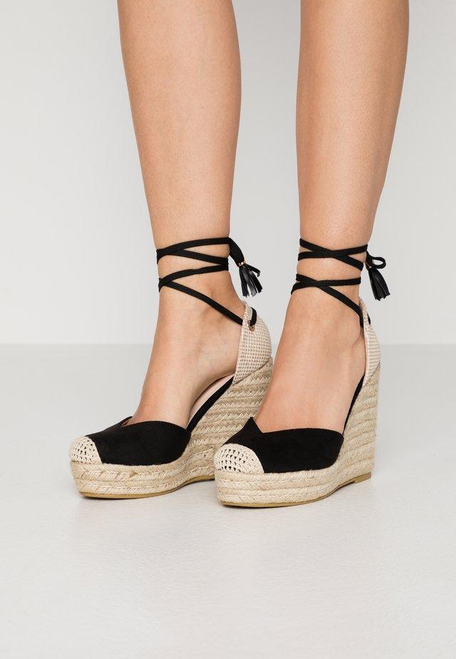WIDE FIT DORIAN - Korolliset sandaalit - black