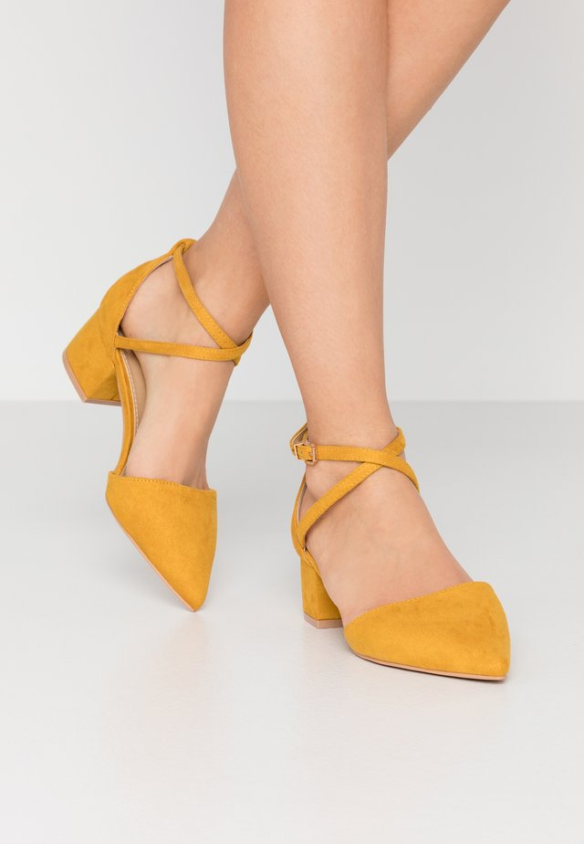 WIDE FIT AVIA - Pumps - mustard